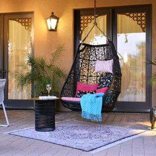 Foto di un patio o portico mediterraneo di medie dimensioni e dietro casa con pavimentazioni in pietra naturale e una pergola