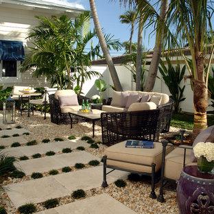 Ispirazione per un grande patio o portico tropicale in cortile con ghiaia