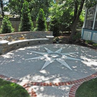 Idee per un patio o portico vittoriano di medie dimensioni e dietro casa con lastre di cemento e nessuna copertura