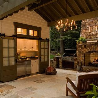 Idee per un patio o portico country di medie dimensioni e dietro casa con pavimentazioni in pietra naturale e un gazebo o capanno