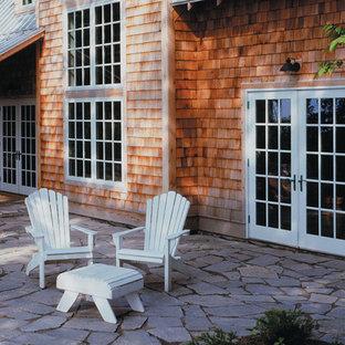 Immagine di un patio o portico shabby-chic style di medie dimensioni e nel cortile laterale con cemento stampato