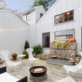 Идея дизайна: дворик на внутреннем дворе в стиле кантри с местом для костра без защиты от солнца