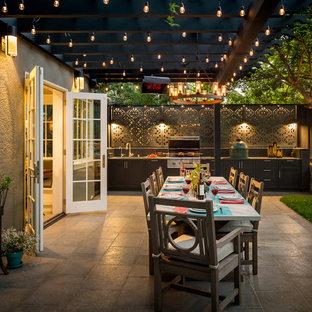Пример оригинального дизайна: пергола во дворе частного дома на заднем дворе в классическом стиле с летней кухней