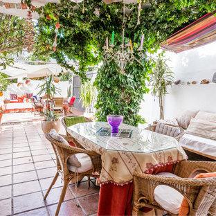 Foto de patio tropical en patio trasero y anexo de casas