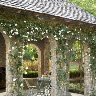 Foto di un patio o portico chic con un tetto a sbalzo