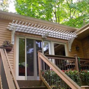 Immagine di un patio o portico american style di medie dimensioni e dietro casa con pedane e una pergola