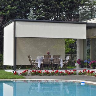 Idee per un piccolo patio o portico contemporaneo dietro casa con una pergola