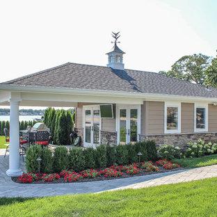 Esempio di un ampio patio o portico shabby-chic style dietro casa con fontane, pavimentazioni in cemento e un gazebo o capanno