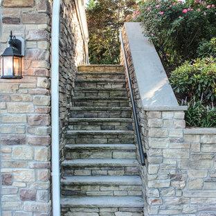 Ispirazione per un ampio patio o portico shabby-chic style dietro casa con fontane, pavimentazioni in cemento e un gazebo o capanno
