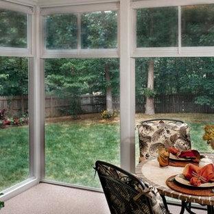 Immagine di un patio o portico moderno di medie dimensioni e dietro casa con graniglia di granito e un tetto a sbalzo