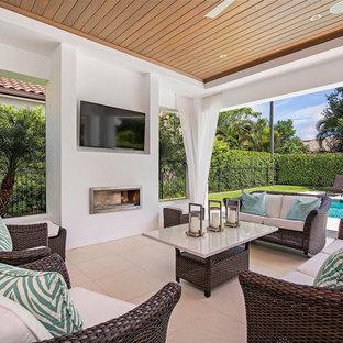 Cette image montre une terrasse traditionnelle avec du carrelage et une extension de toiture.
