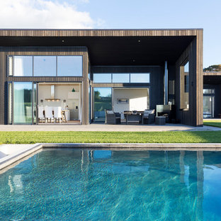 Ispirazione per un grande patio o portico minimal davanti casa con lastre di cemento e nessuna copertura