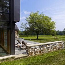 Farmhouse Patio by Wyant Architecture