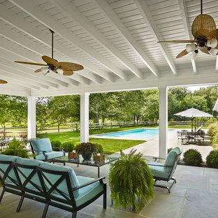 Cette image montre une terrasse rustique avec une extension de toiture.
