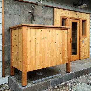 Foto di un patio o portico minimal di medie dimensioni e dietro casa con ghiaia e un tetto a sbalzo