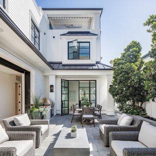Imagen de patio costero, sin cubierta, en patio, con cocina exterior y adoquines de hormigón