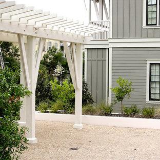 Ispirazione per un piccolo patio o portico stile marinaro in cortile con ghiaia e una pergola