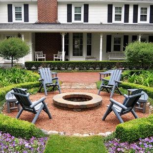Inspiration pour une grande terrasse avant traditionnelle avec un foyer extérieur, du gravier et aucune couverture.