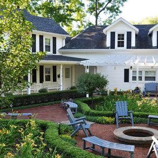 Idee per un patio o portico tradizionale di medie dimensioni e in cortile con un focolare e graniglia di granito