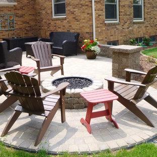 Idee per un piccolo patio o portico classico dietro casa con pavimentazioni in cemento e nessuna copertura