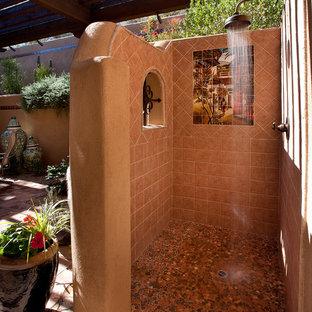 フェニックスのサンタフェスタイルのおしゃれなテラス・中庭 (屋外シャワー) の写真