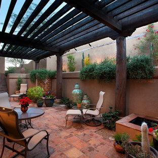 Aménagement d'une terrasse sud-ouest américain avec une pergola.