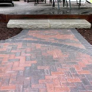Esempio di un piccolo patio o portico chic dietro casa con pavimentazioni in mattoni e nessuna copertura