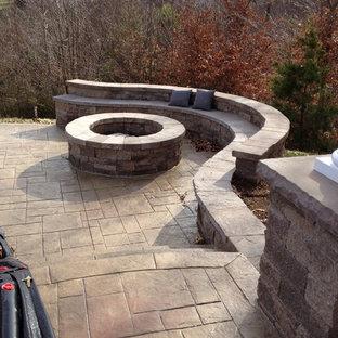 Foto di un piccolo patio o portico classico dietro casa con un focolare e pavimentazioni in cemento