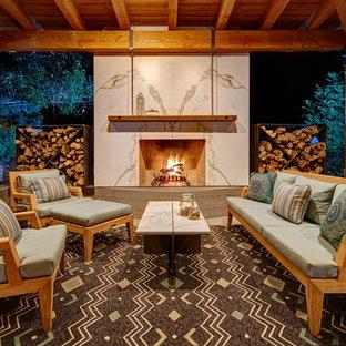 Diseño de patio de estilo de casa de campo, de tamaño medio, en patio trasero, con cenador y chimenea
