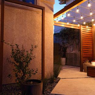 Idéer för att renovera en liten funkis gårdsplan, med en öppen spis, betongplatta och en pergola