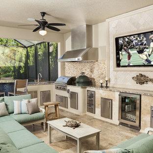 Großer, Gefliester, Überdachter Mediterraner Patio hinter dem Haus mit Outdoor-Küche in Tampa