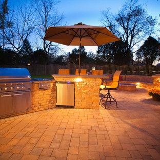 Esempio di un grande patio o portico chic dietro casa con un focolare, pavimentazioni in pietra naturale e nessuna copertura