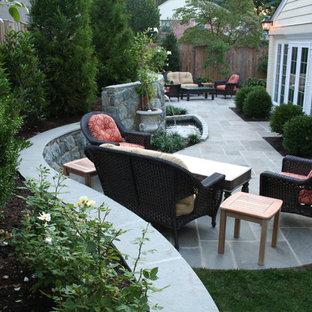 Imagen de patio actual, de tamaño medio, sin cubierta, en patio trasero, con adoquines de piedra natural y fuente