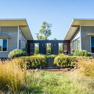 Ispirazione per un piccolo patio o portico minimal dietro casa con lastre di cemento e nessuna copertura