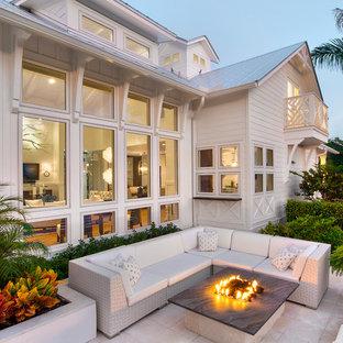 Idee per un patio o portico stile marino con un focolare e nessuna copertura