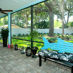 tropical patio by Lendry Homes
