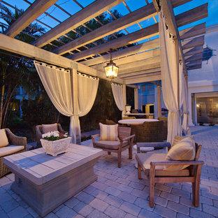 Idee per un patio o portico mediterraneo con un gazebo o capanno