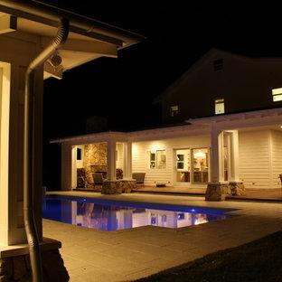Esempio di un grande patio o portico classico dietro casa con un tetto a sbalzo