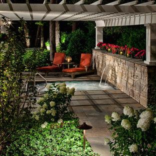 Ejemplo de patio tradicional con pérgola y fuente