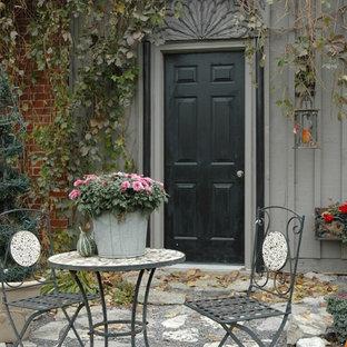 Foto di un patio o portico eclettico dietro casa con pavimentazioni in pietra naturale e nessuna copertura