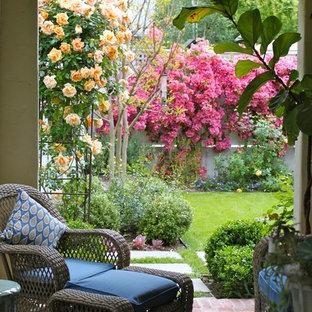 Idee per un patio o portico mediterraneo con pavimentazioni in mattoni