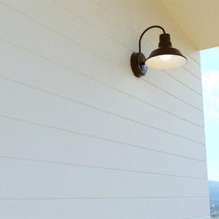 Foto di un patio o portico country di medie dimensioni e davanti casa con pedane e un tetto a sbalzo