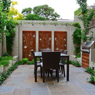 На фото: двор на внутреннем дворе в современном стиле