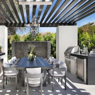 Immagine di un patio o portico tradizionale con una pergola