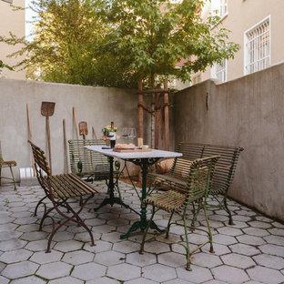 Modelo de patio mediterráneo, de tamaño medio, sin cubierta, en patio trasero, con adoquines de hormigón