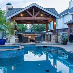 Ispirazione per un patio o portico stile rurale di medie dimensioni e dietro casa con un focolare, cemento stampato e un gazebo o capanno