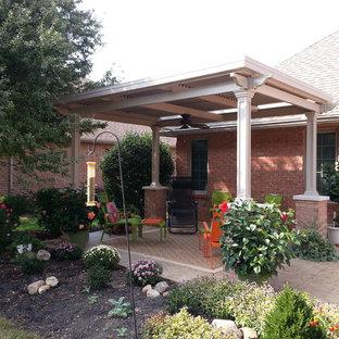 Ispirazione per un patio o portico boho chic di medie dimensioni e in cortile con un gazebo o capanno e pavimentazioni in mattoni