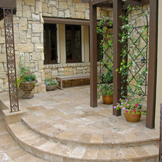 Traditional Patio by Hortus Oasis