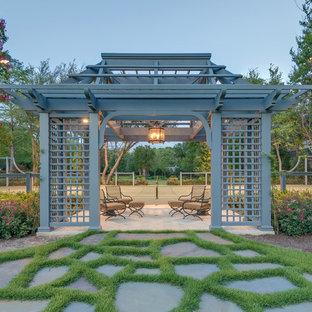 Esempio di un patio o portico tradizionale con un gazebo o capanno