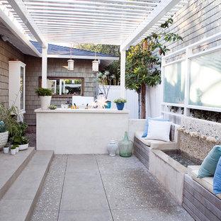 Esempio di un patio o portico tradizionale con una pergola e fontane